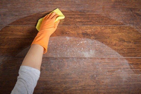 Dùng miếng vải ẩm để vệ sinh bàn ghế trước khi đánh vecni