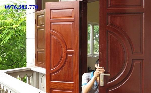 Thợ mộc sửa chữa cửa gỗ tại nhà