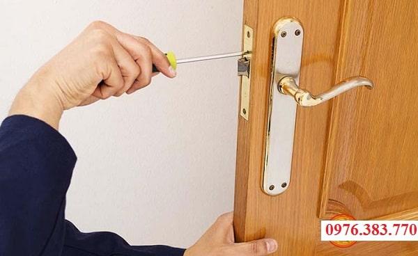 Sửa khóa cửa gỗ tại nhà