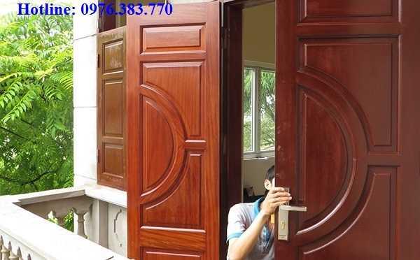 Dịch vụ sơn cửa gỗ cũ tại nhà